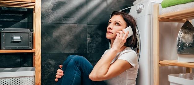 Frau, die gerätereparaturservice fordert