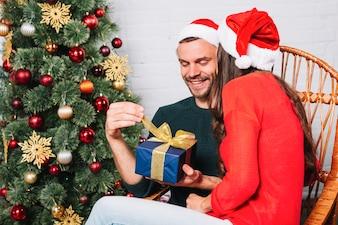 Frau, die Geschenk für Mann gibt