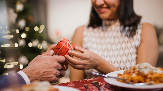 Frau, die geschenk von ihrem ehemann empfängt