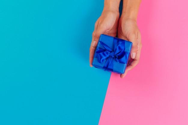 Frau, die geschenkbox auf farbe hält