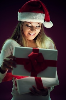 Frau, die geschenkbox öffnet