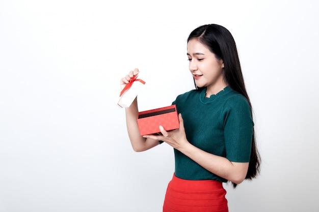 Frau, die geschenkbox und toothy lächeln hält