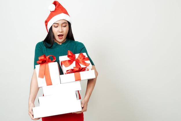 Frau, die geschenkbox-weihnachten hält