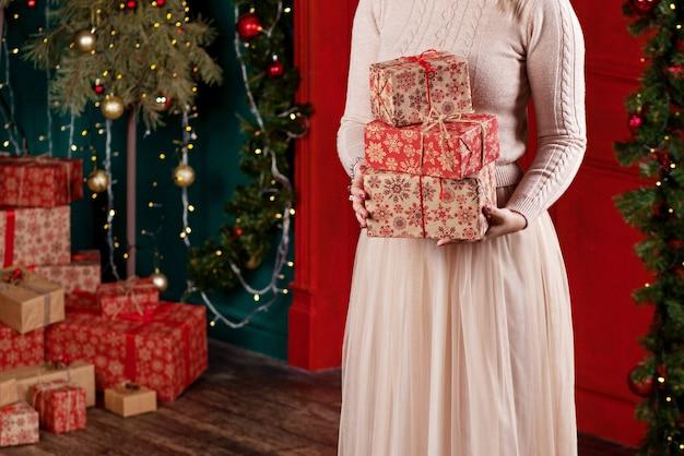Frau, die geschenkboxen hält