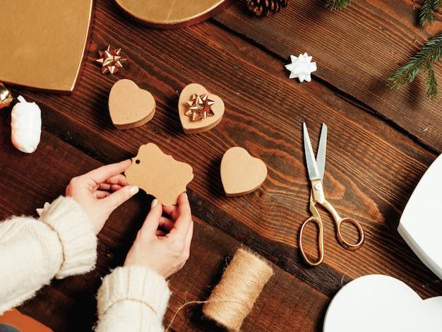 Frau, die geschenke für einen valentinstag vorbereitet