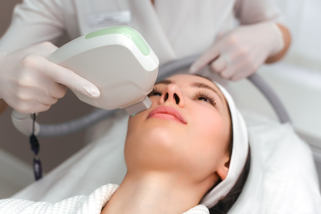 Frau, die gesichts-hydro-mikrodermabrasion-peeling-behandlung an der kosmetischen schönheits-spa-klinik erhält. hydra