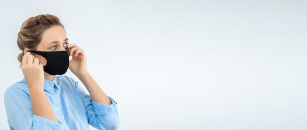 Frau, die gesichtsmaskenvirus-epidemie trägt. frau, die eine medizinische schutzmaske zum schutz und zur vorbeugung der gesundheit bei ausbruch des grippevirus, bei epidemien und infektionskrankheiten aufsetzt.
