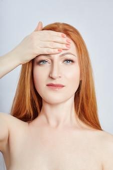 Frau, die gesichtsmassage, gymnastik, massagelinien und plastikmundaugen und -nase tut. massagetechnik gegen falten und hautverjüngung. , apr
