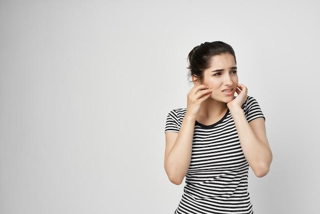 Frau, die gesichtsschmerzen bei zahngesundheitsproblemen in der zahnheilkunde hält
