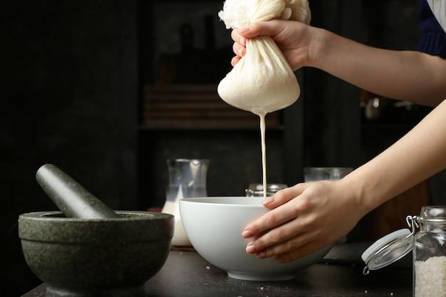 Frau, die gesunde reismilch in der küche macht