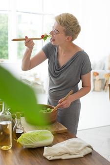 Frau, die gesundes essen in der küche kocht