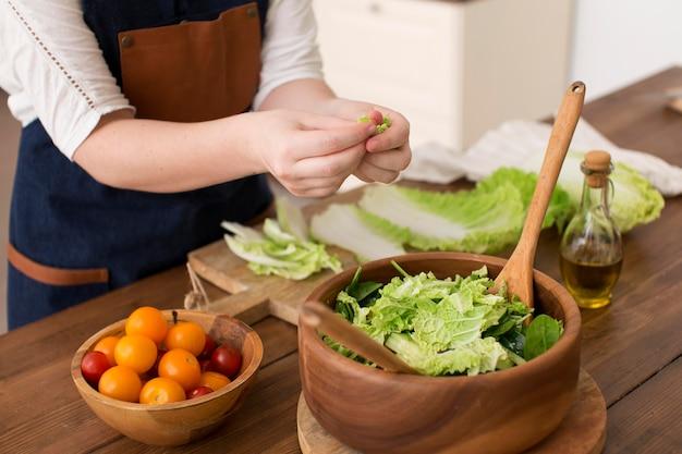 Frau, die gesundes essen kocht