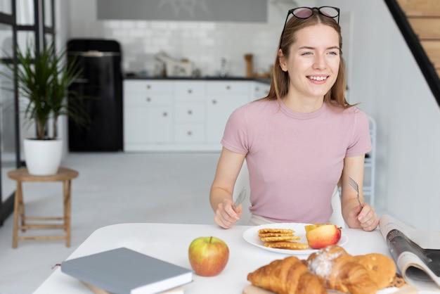 Frau, die gesundes frühstückt