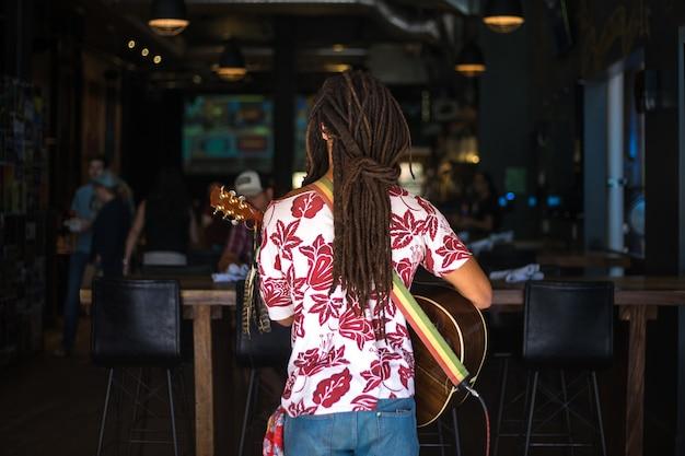 Frau, die gitarre spielt