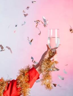 Frau, die glas champagner hält