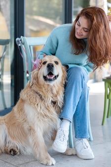 Frau, die glücklichen hund streichelt