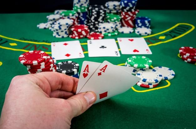 Frau, die glücksspiel-pokerkarte im kasino sucht