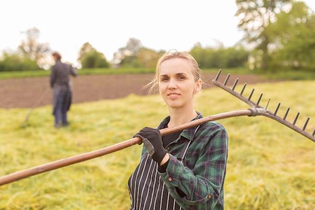 Frau, die gras sammelt