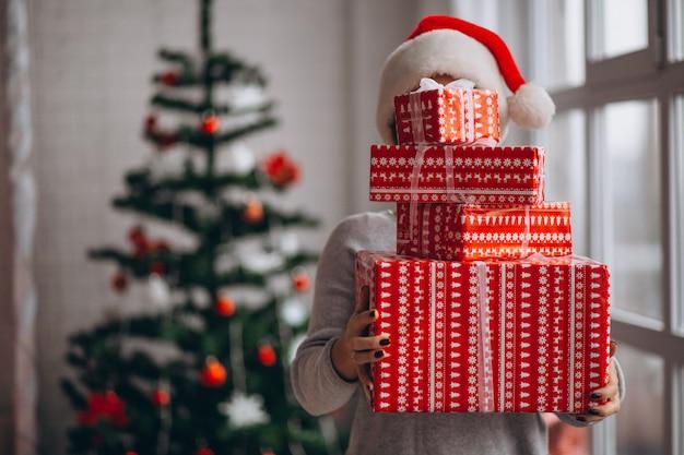 Frau, die große weihnachtskästen hält