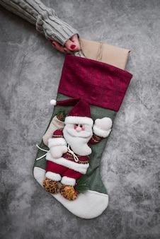 Frau, die große weihnachtssocke hält