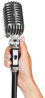 Frau, die großes retro- mikrofon für den gesang hält