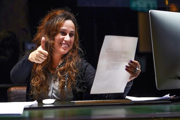 Frau, die gute nachrichten in einem brief genießt fröhlicher mitarbeiter liest brief oder bekanntmachung mit guten nachrichten, die sich über jobförderung freuen