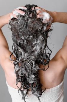 Frau, die haare wäscht