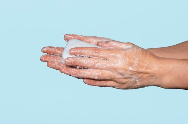 Frau, die hände auf blau lokalisiert wäscht