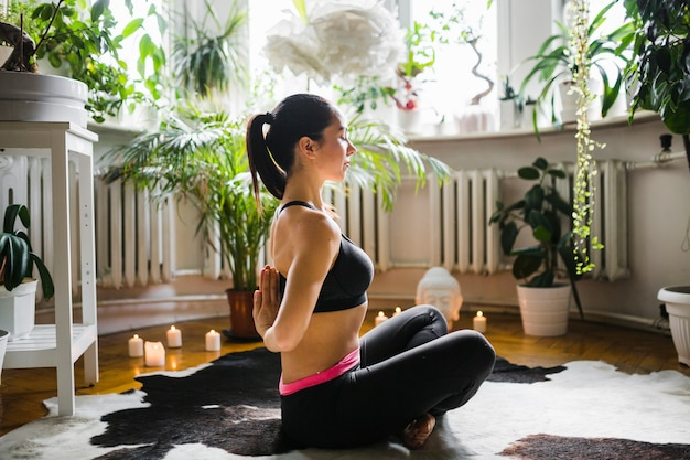 Frau, die hände hinter rückseite während der meditation umklammert