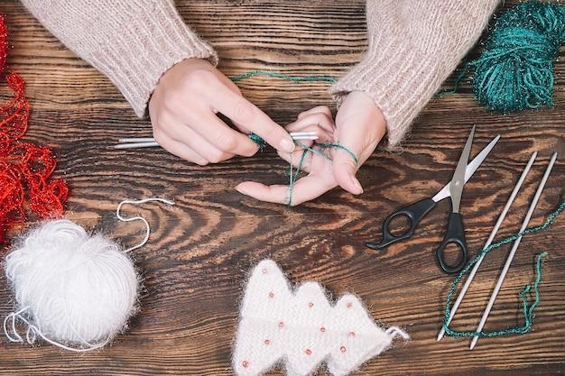 Frau, die handgemachtes weihnachtsspielzeug macht