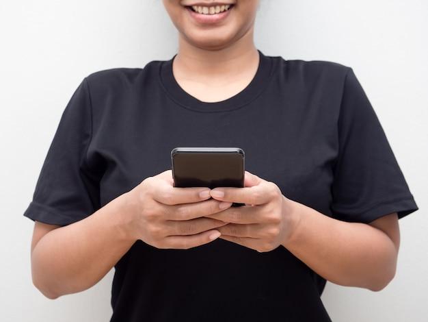 Frau, die handy spielt und social-media-lächeln-gesicht-porträt-erntekörper überprüft