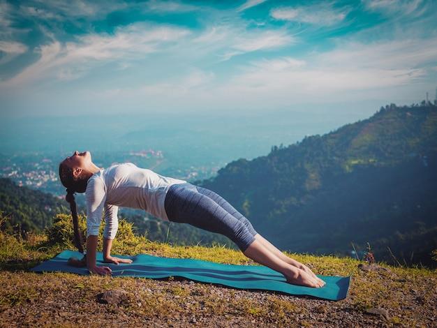 Frau, die hatha yoga asana purvottanasana tut