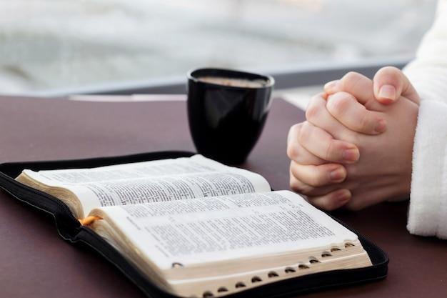 Frau, die heilige bibel liest und betet
