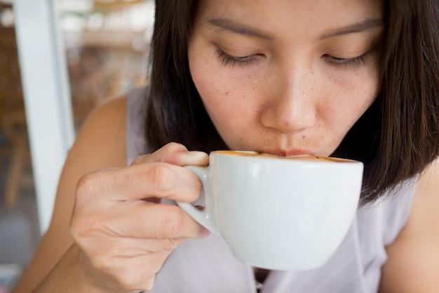 Frau, die heißen kaffee trinkt, entspannen sich zeit, süchtigtelefon, einkaufszeit, gesendete mitteilung