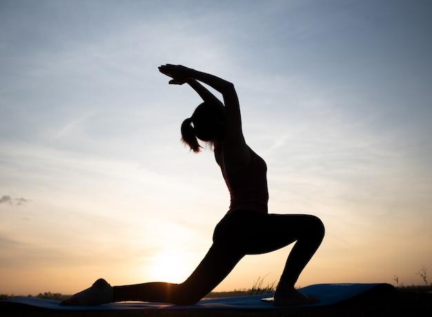 Frau, die heraus die tür gemacht mit weinlesefilter meditiert