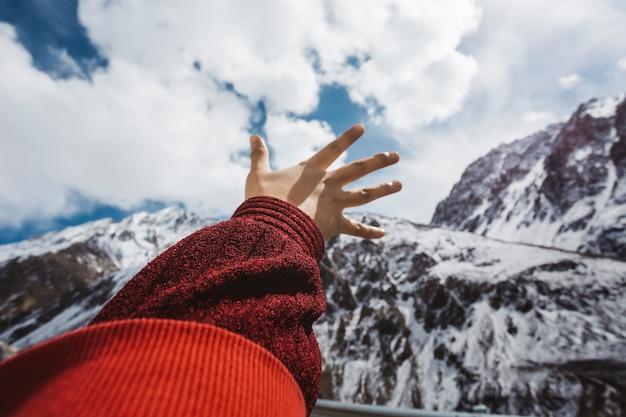 Frau, die heraus ihre hand bis zum himmel erreicht