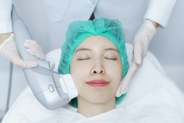 Frau, die hifu spa-behandlung erhält, mädchen, das ultra ehemaliges massagegesicht erhält. anti-aging-behandlung und plastische chirurgie konzept.