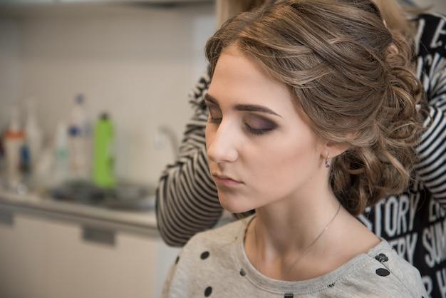 Frau, die hochzeitsschminke im salon anwendet