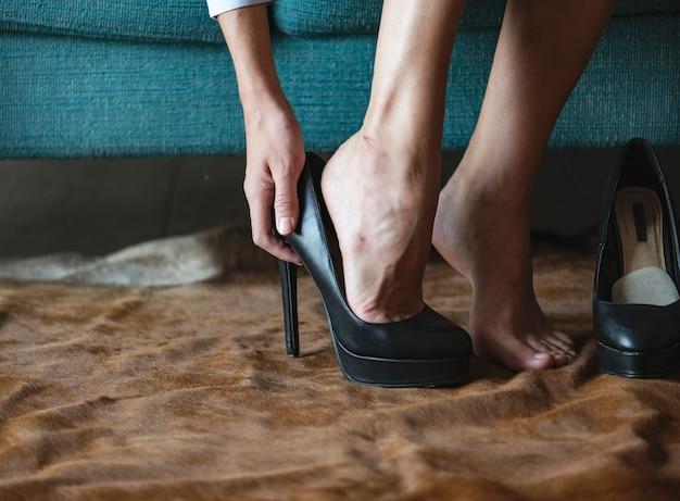 Frau, die hohe absätze trägt