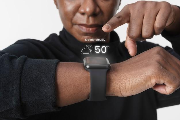 Frau, die holographie von der tragbaren smartwatch-technologie verwendet