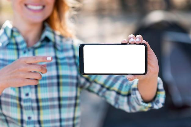 Frau, die horizontales kopierraum-mobiltelefon hält