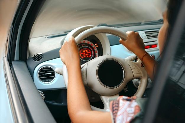 Frau, die ihr auto fährt