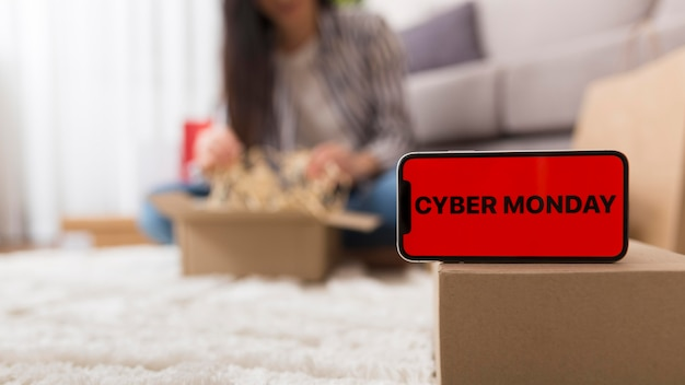 Frau, die ihr cyber-montag-paket auspackt
