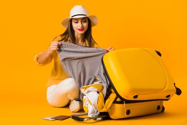 Frau, die ihr feriengepäck durchläuft