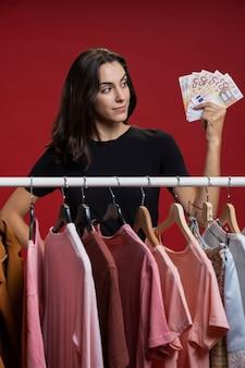 Frau, die ihr geld betrachtet