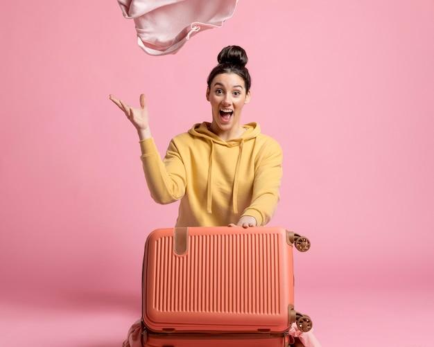 Frau, die ihr gepäck auspackt