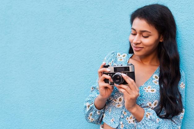 Frau, die ihr kamerafoto betrachtet