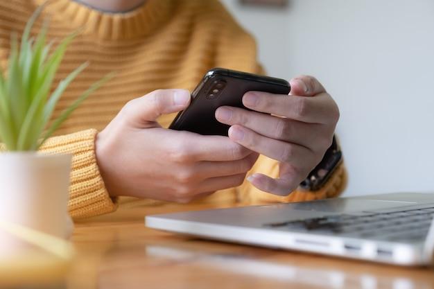 Frau, die ihr smartphone ausschaltet