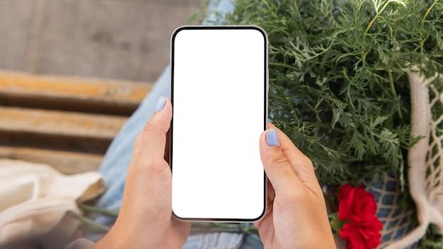 Frau, die ihr smartphone im freien benutzt