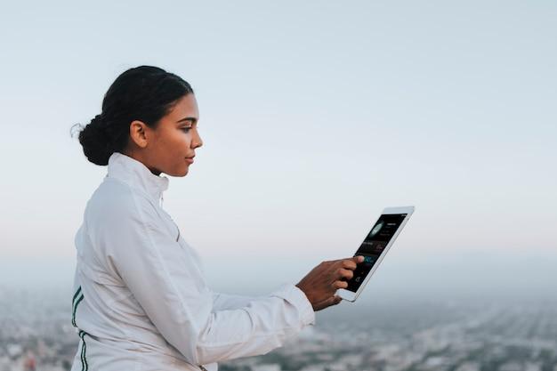 Frau, die ihr telefon betrachtet